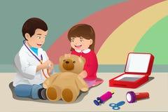 Niños que juegan al doctor Fotografía de archivo libre de regalías