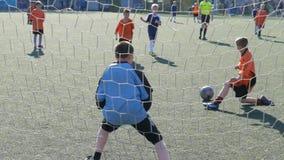 Niños que juegan al fútbol - partido de fútbol almacen de metraje de vídeo