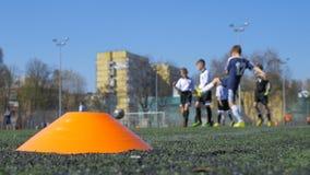Niños que juegan al fútbol, partido de fútbol almacen de metraje de vídeo
