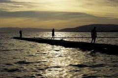 Niños y puesta del sol Fotografía de archivo libre de regalías