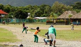 Niños que juegan a béisbol en el ¡de CapurganÃ, Colombia Imagen de archivo