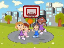 Niños que juegan a baloncesto en la historieta del parque de la ciudad Imagen de archivo libre de regalías