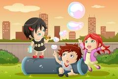 Niños que juegan burbujas ilustración del vector