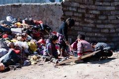 Niños que juegan cerca de la basura Imagen de archivo libre de regalías