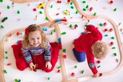 Niños que juegan con el sistema de madera del tren Fotografía de archivo libre de regalías