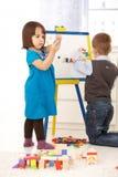 Niños que juegan con el tablero de dibujo Foto de archivo libre de regalías