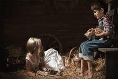 Niños que juegan con gatitos Fotografía de archivo