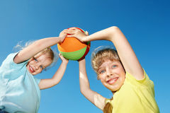 Niños que juegan con la bola. Imagen de archivo libre de regalías