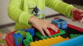 Niños que juegan con los bloques almacen de metraje de vídeo