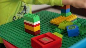 Niños que juegan con los bloques almacen de video