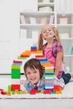 Niños que juegan con los bloques Imagen de archivo libre de regalías