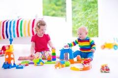 Niños que juegan con los coches del juguete foto de archivo
