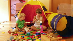 Niños que juegan con los juguetes almacen de metraje de vídeo