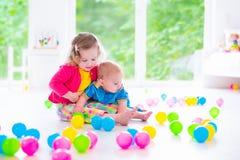 Niños que juegan con los juguetes coloridos imagenes de archivo