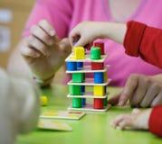 Niños que juegan con los juguetes educativos hechos en casa imagen de archivo