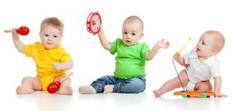 Niños que juegan con los juguetes musicales imagen de archivo
