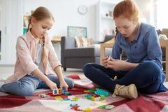 Niños que juegan con los juguetes fotografía de archivo libre de regalías