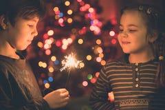 Niños que juegan con los sparklers Imagen de archivo