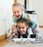 Niños que juegan con los zócalos y la electricidad dentro Foto de archivo