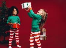 Niños que juegan con sus regalos de la Navidad imágenes de archivo libres de regalías