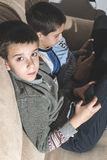 Niños que juegan con sus smartphones Foto de archivo
