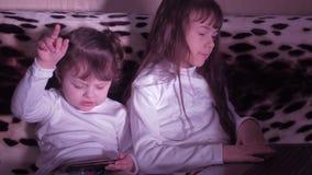 Niños que juegan con un ordenador portátil almacen de video