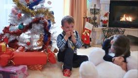 Niños que juegan con un oso de peluche almacen de video