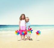 Niños que juegan concepto alegre del verano de la playa de la felicidad Imagen de archivo