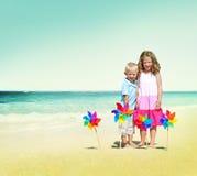 Niños que juegan concepto alegre del verano de la playa de la felicidad Fotos de archivo libres de regalías