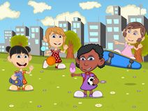 Niños que juegan el monopatín, fútbol, baloncesto en la historieta del parque de la ciudad Imagenes de archivo