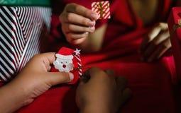 Niños que juegan el papel Papá Noel de la papiroflexia Imagenes de archivo
