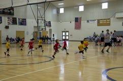 Niños que juegan el partido de baloncesto Fotos de archivo libres de regalías