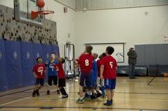 Niños que juegan el partido de baloncesto Imagen de archivo