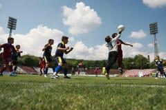 Niños que juegan el partido de fútbol del fútbol Imágenes de archivo libres de regalías