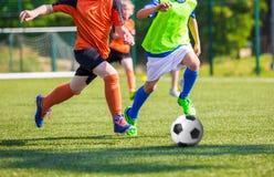 Niños que juegan el partido de fútbol del fútbol de la juventud Foto de archivo libre de regalías