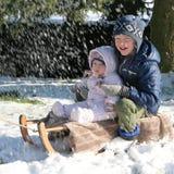 Niños que juegan en bosque en el invierno Imagen de archivo libre de regalías
