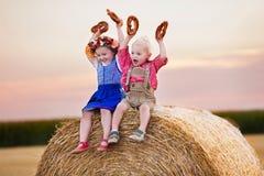 Niños que juegan en campo de trigo en Alemania Imagen de archivo libre de regalías