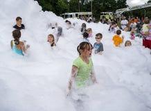 Niños que juegan en el bombero Foam Fotografía de archivo libre de regalías