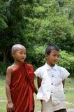 Niños que juegan en el campo de la escuela Foto de archivo libre de regalías