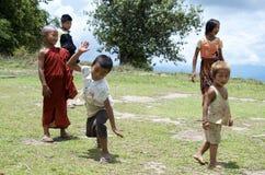 Niños que juegan en el campo de la escuela Imagenes de archivo