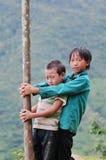 Niños que juegan en el campo en Hagiang, Vietnam Imagenes de archivo