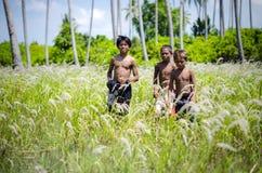 Niños que juegan en el campo en la zona rural Imágenes de archivo libres de regalías