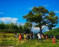 Niños que juegan en el campo en Vietnam Fotos de archivo