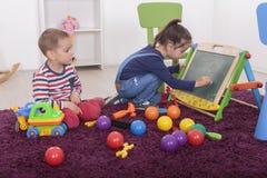 Niños que juegan en el cuarto foto de archivo