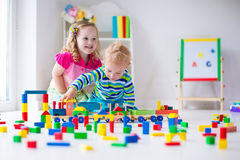Niños que juegan en el cuidado de día fotos de archivo