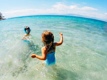 Niños que juegan en el mar Imágenes de archivo libres de regalías