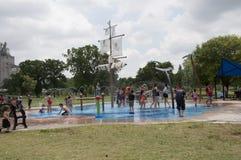 Niños que juegan en el parque Fotos de archivo libres de regalías