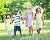 Niños que juegan en el parque Fotos de archivo