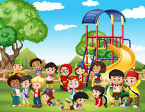Niños que juegan en el parque ilustración del vector