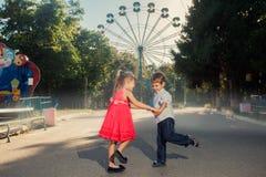 2 niños que juegan en el parque Fotos de archivo libres de regalías
